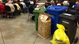 Les bacs de déchets de la municipalité d'Okotoks en Alberta.