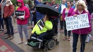 Des gens rassemblés à Saskatoon pour dénoncer les coupures provinciales dans l'aide sociale.