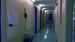 Un corridor du pensionnat de l'École Mathieu de Gravelbourg, vide.