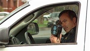 un policier dans sa voiture avec un radar