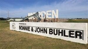 Un panneau à l'entrée de Morden au Manitoba présente les noms des commanditaires plus grands que celui de la ville. « Ce n'était pas notre intention et cela nous fait tout simplement mal paraître », déclare John Buhler.