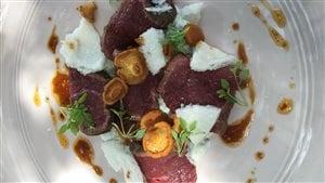 Tataki de cerf de Boileau, chanterelles, ail des bois et vinaigrette au jus de viande