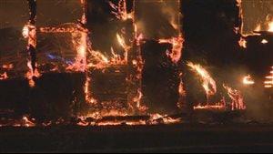 Les flammes ont ravagé la ferme laitière Lémidra, de Mont-Carmel.
