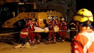 Les secouristes sont toujours à pied d'œuvre pour tenter de retrouver des survivants du tremblement de terre, à Amatrice, dans le centre de l'Italie.