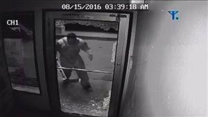 Un homme qui porte un équipement de gardien de but fait irruption dans un magasin à Russell, su Manitoba.