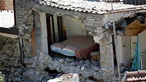 Vue de l'intérieur d'une maison partiellement détruite par un tremblement de terre à Pescara Del Tronto, en Italie