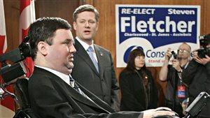 L'ancien premier ministre Stephen Harper (arrière-plan) avec le député conservateur Stephen Fletcher (au premier plan) lors d'un arrêt de la campagne électorale à Winnipeg en décembre 2005.