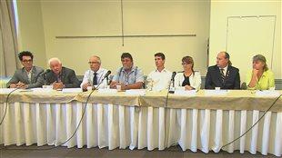 Les huit maires lors de la conférence de presse à Montréal.