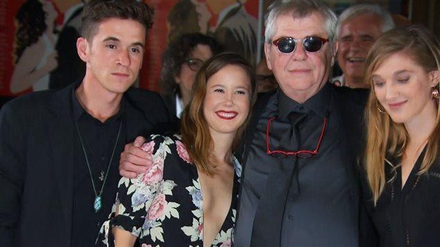 Le cinéaste André Forcier entouré des acteurs Émile Schneider, Juliette Gosselin et Mylène Mackay