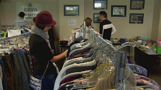 Les étudiants ont pu s'acheter des vêtements et autres objets usagés à l'Université de l'Alberta.