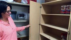 Les étagères de la banque alimentaire de Banff désespérément vides