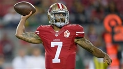 Colin Kaepernick reste assis pour l'hymne national