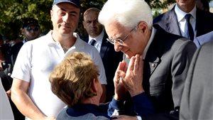 Le président italien Sergio Mattarella réconforte une femme.