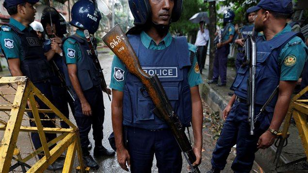 Des policiers au Bangladesh