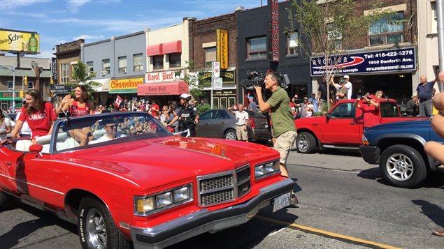 Penny Oleksiak défile en héroïne sur l'avenue Danforth.