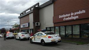 Des véhicules de Sûreté du Québec devant l'entreprise Emballages Bettez.