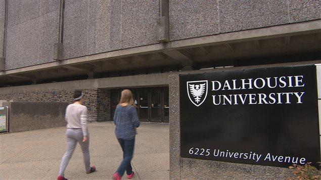 Des étudiantes marchent dans le campus.