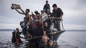 Des réfugiés arrivent par bateau près du village de Skala, à Lesbos, Grèce, le 16 novembre 2015