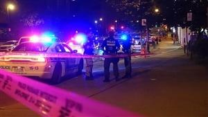 Des policiers sur la scène de l'agression armée à l'angle des rues rues Sainte-Catherine et Berri
