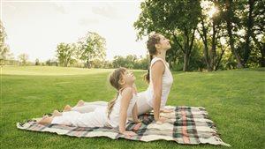Du yoga en nature avec une jeune fille