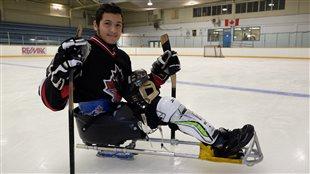 Omar Al Ziab, 15 ans, a découvert le hockey sur luge grâce à un camp d'été pour jeunes handicapés.