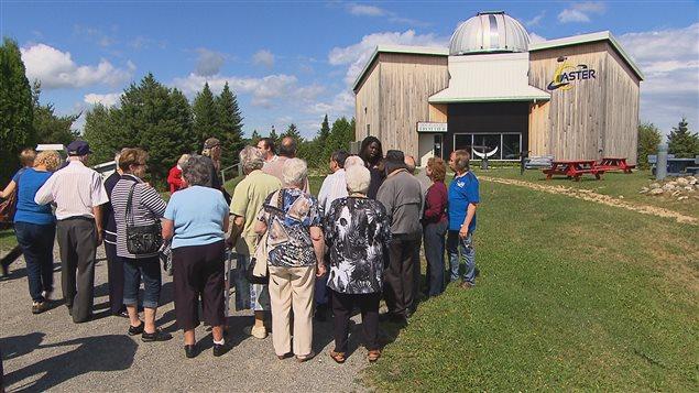 Les visiteurs arrivant au Centre Aster.