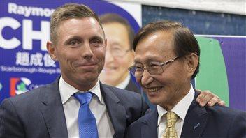 Le leader du parti conservateur ontarien, Patrick Brown, en compagnie du nouveau député de Scarborough-Rouge River, Raymond Cho.