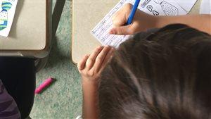 Une élève en période d'écriture.