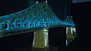 Maquette du pont Jacques-Cartier représentant la structure du pont illuminée pour le 375e anniversaire de Montréal