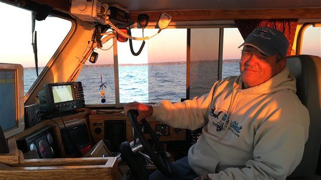 Art Gaetan est un pêcheur récréatif de requin avec remise à l'eau. Il a plus de 17 ans d'expérience. Il travaille avec les scientifiques. Il s'inquiète de voir beaucoup moins de requins cette année dans l'Atlantique.