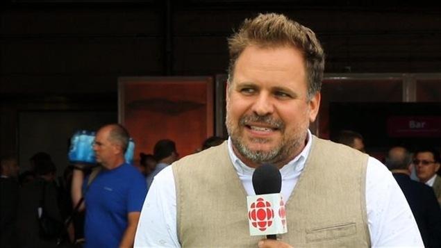 Stéphane Bellavance réfléchit avant de répondre à une question au micro de Radio-Canada.