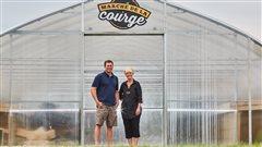 Le copropriétaire de la ferme Courges & cie, Philippe Thompson, accompagné de sa mère Michelle Éthier, en charge du service à la clientèle et de la transformation.