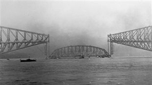 Quelques moments avant l'effondrement de la travée centrale du Pont de Québec en 1916