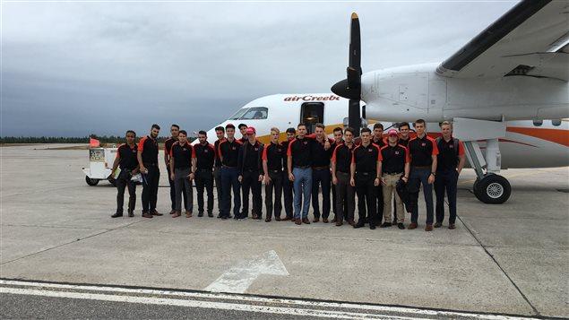Les joueurs du Drakkar de Baie-Comeau à l'aéroport des Îles-de-la-Madeleine.