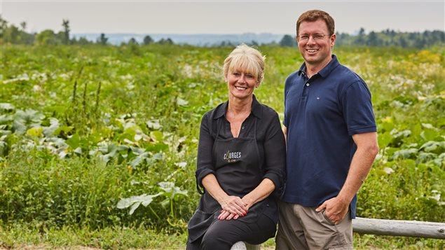 Le copropriétaire de la ferme Courges & cie, Philippe Thompson, accompagné de sa mère, Michelle Éthier, en charge du service à la clientèle et de la transformation.