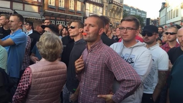 Une foule hostile lors d'une allocution de la chancelière allemande Angela Merkel, à Celle, dans le nord de l'Allemagne.