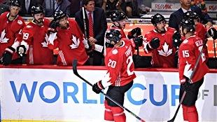 John Tavares (20) célèbre son but avec ses coéquipiers de l'équipe canadienne à la Coupe du monde de hockey