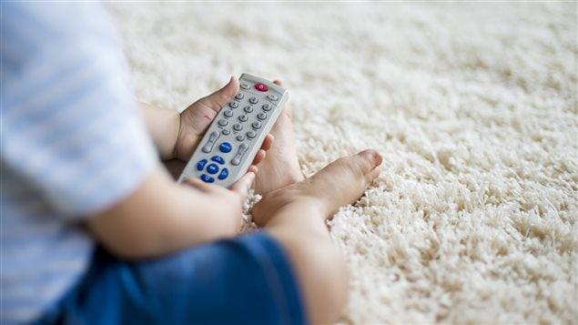 Un bébé et une manette de télévision
