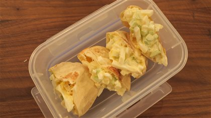 Petits pitas aux œufs et salade de roquette