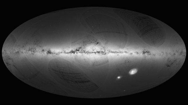 La Voie lactée et les galaxies voisines (deux point à droite au centre)
