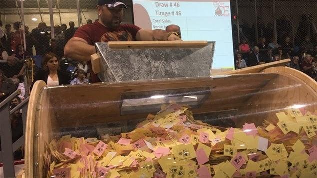 Le baril pour le tirage de la loterie Chase the Ace à Dalhousie