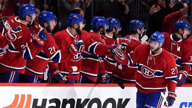 Le joueur d'avant du Canadien de Montréal Alex Galchenuyk reçoit les félicitations de ses coéquipiers.