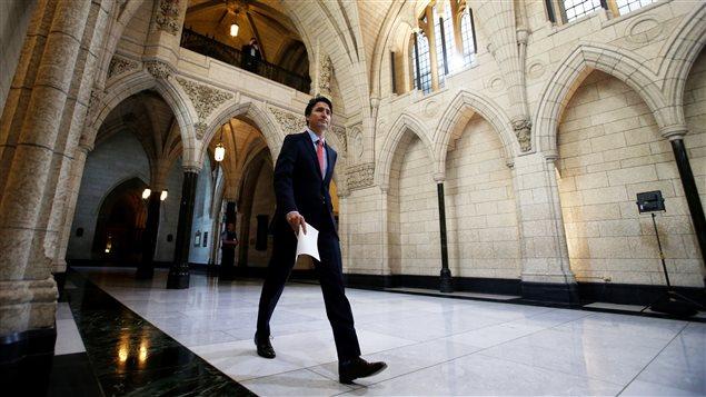 Justin Trudeau marche à l'intérieur du Parlement à Ottawa