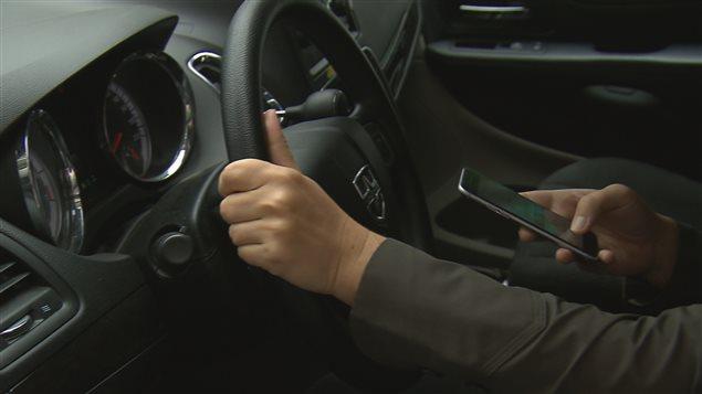 Des opérations policières sont menées contre l'utilisation du cellulaire au volant.
