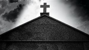 Croix au sommet d'une église