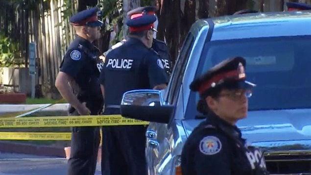 Les policiers de Toronto sur les lieux d'une fusillade sur le chemin Bedford à Toronto.