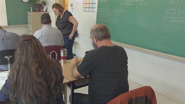 Une classe avec des adultes qui apprennent