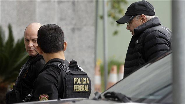Guido Mantega, l'ex-ministre des finances du Brésil arrêté par des policiers à Sao Paulo