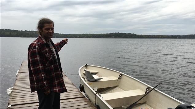 Kevin Fogel pointe le lieu de l'écrasement d'avion sur le lac Fairbank.