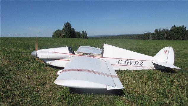 L'avion a subi des dommages, mais son pilote s,en est tiré avec des blessures légères.